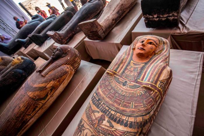 عرضت التابوت التي تنقب عنها البعثة الأثرية المصرية خلال مؤتمر صحفي عقد يوم السبت 3 أكتوبر 2020 في مقبرة سقارة