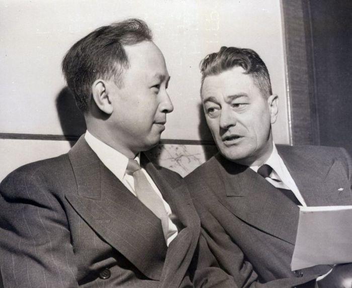 العالم الصيني تشيان ومحاميه غرانت كوبر في جلسة الترحيل من الولايات المتحدة في نوفمبر 1950.