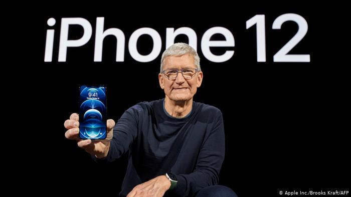 الرئيس التنفيذي لشركة أبل تيم كوك يعرض الموبايل الجديد أيفون 12 يوم الثلاثاء 13 أكتوبر