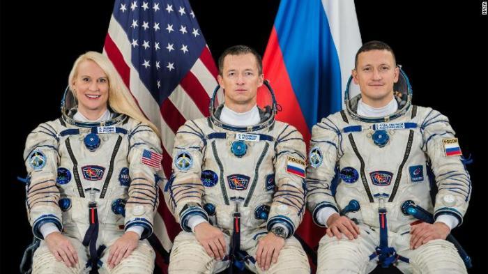يضم طاقم البعثة 64 (من اليسار) رائدة فضاء ناسا كيت روبينز ورائدي الفضاء سيرجي ريجيكوف وسيرجي كود-سفيرشكوف.
