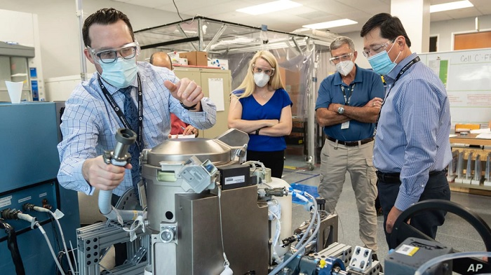 رائدة الفضاء كيت روبينز وموظفي الدعم يراجعون مرحاض فضائي منخفض الجاذبية، في هيوستن، في 18 يونيو 2020