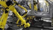 ينتشر استخدام أجهزة الروبوت في مصانع السيارات