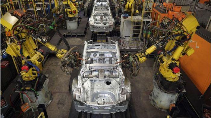 أجهزة الروبوت تقوم بأعمال كثيرة في مصانع السيارات منذ سنوات