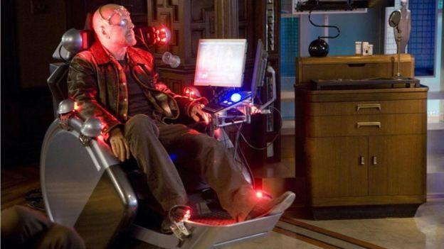 """يصور فيلم """"بدائل"""" الذي ادى دور البطولة فيه بروس ويليز و الذي أنتج عام 2009، البشر وهم يتحكمون من داخل المنزل في نماذج بديلة تمثلهم"""