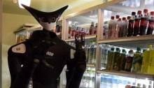 روبوت يقوم بتنظيم الزجاجات علي رف أحد محال السوبر ماركت في اليابان