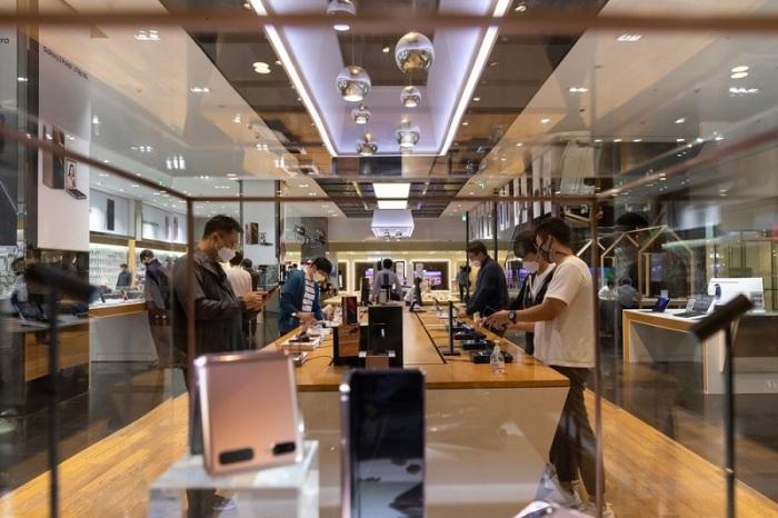عملاء يجربون الموبيلات الذكية من شركة سامسونج في متجر للشركة في سيول ، كوريا الجنوبية ، في 6 أكتوبر 2020