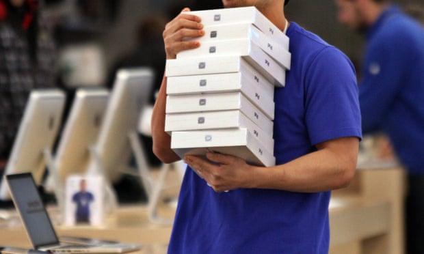 موظف في متجر أبل يحمل كومة من أجهزة أيباد في متجر في باسادينا. موير متهم بعرض التبرع بـ 200 جهاز أيباد، بقيمة تقارب 70 ألف دولار، لمكتب عمدة المقاطعة
