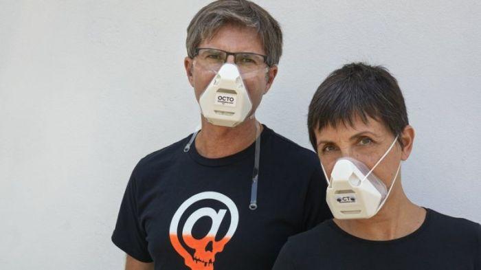 ناتاشا دوين مع شريكها توبياز فرانوسيزك، وتقول إن أقنعة التنفس الصناعي توفر حماية مثل الخوذات