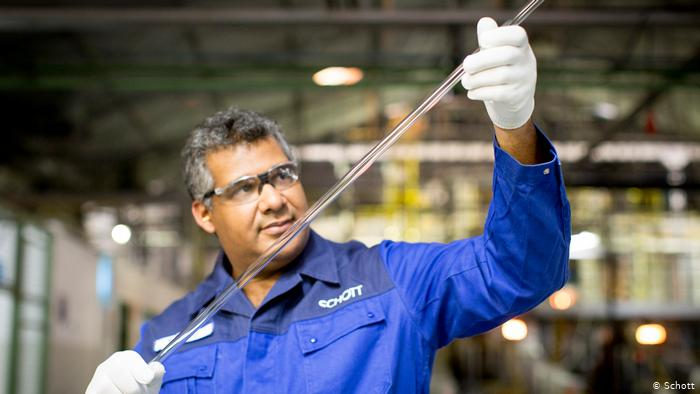 إنتاج أنابيب زجاجية خاصة لدى شركة شوت