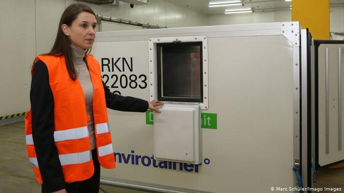 """عاملة بشركة توصيل الطرود الألمانية """"DHL"""" تشرح كيفية عمل حاويات نقل الأدوية عبر ما يسمى بـ """"النقل الجليدي الجاف""""."""