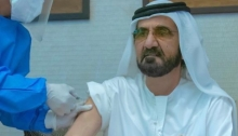 """الشيخ محمد بن راشد آل مكتوم حاكم دبي يتلقي جرعة من لقاح لفيروس """"كوفيد-19"""