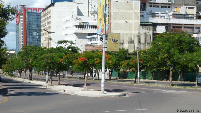 ظلال الأشجار في شوارع مابوتو الموزمبيقية