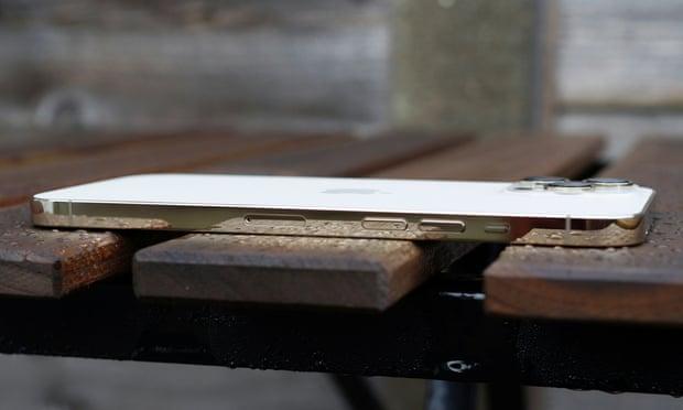 جوانب أيفون 12 برو ماكس المصنوعة من الفولاذ المقاوم للصدأ مصقولة لتلمع مثل المرآة ، كما هو موضح هنا باللون الذهبي
