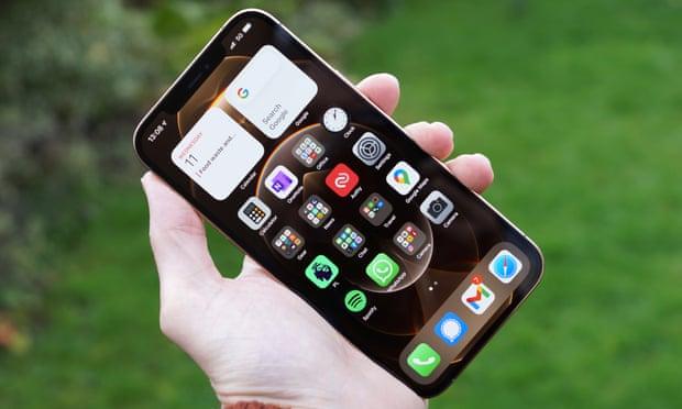 يعتبر موبايل أيفون 12 برو ماكس بمثابة الجهاز الخارق، إذا كان بإمكانك التعامل مع حجمه ووزنه العملاقين
