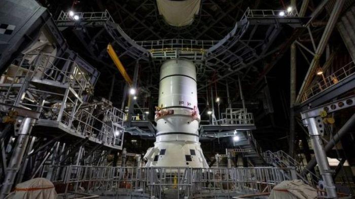 قام المهندسون بتركيب أول أجزاء صاروخ الدفع يوم 21 نوفمبر