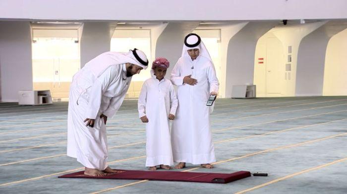 تهدف السجادة الذكية لتعليم الأطفال الصلاة بطريقة عمليّة