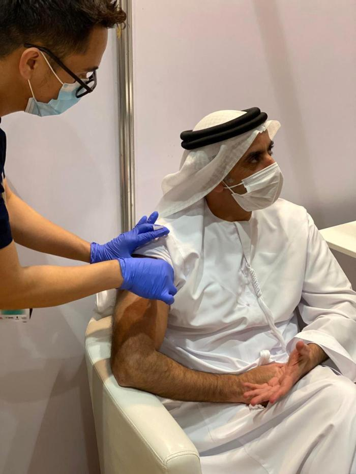 الشيخ سيف بن زايد نائب رئيس مجلس الوزراء وزير الداخلية يتلقي جرعة من اللقاح