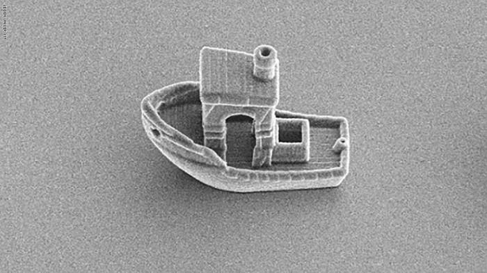 أصغر قارب في العالم يبلغ طوله 30 ميكرومتراً، بحيث يمكنه أن يبحر عبر شعرة بشرية