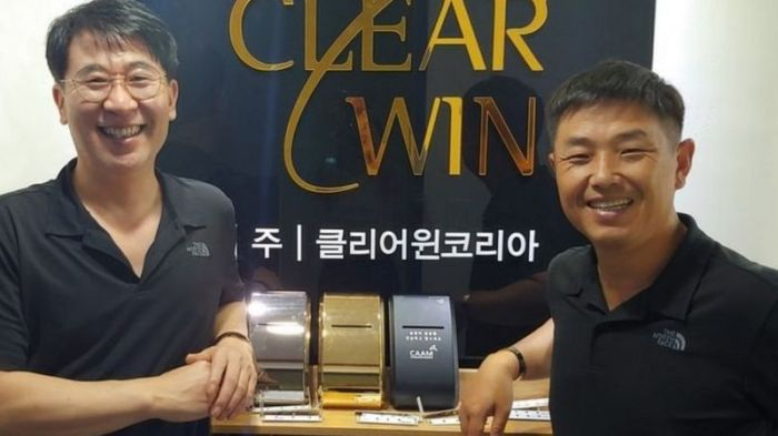 """كيم كيونغ يون (إلى اليسار) وكيم يو تشيول مع ثلاثة من وحدات التعقيم """"كلير وين"""""""