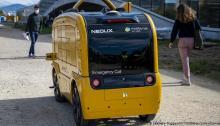 سيارة البريد السويسري تقوم بتوصيل الرسائل بدون سائق