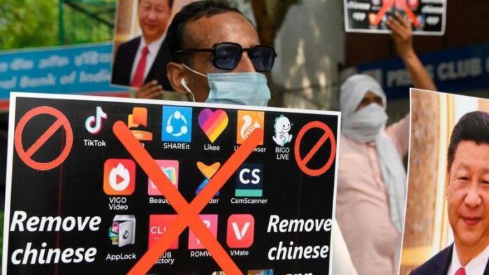 متظاهرون في دلهي يحثون المواطنين على إزالة التطبيقات الصينية من الموبيلات الذكية في يونيو 2020