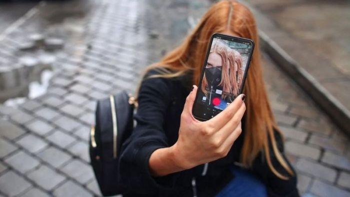 مستخدمة لتطبيق تيك توك تسجل مقطع فيديو لنفسها في مدريد