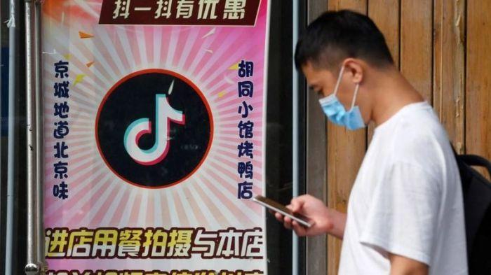 رجل أمام مطعم في بكين يقدم خصما لأي شخص ينشر مقاطع فيديو على تيك توك