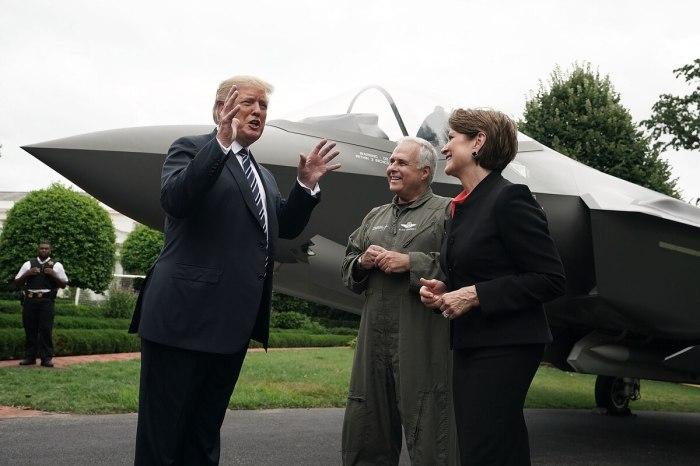 الرئيس الأمريكي ترامب يقف بجوار أحدث المقاتلات الأمريكية من طراز أف-35