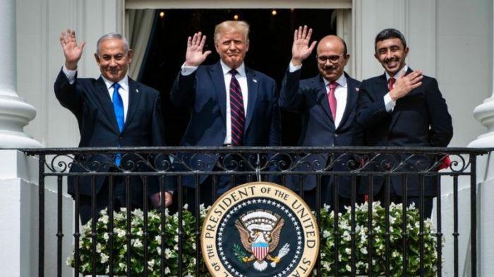 وزيرا الخارجية الإماراتي والبحريني مع الرئيس الأمريكي ورئيس الوزراء الإسرائيلي في البيت الأبيض خلال الاحتفال بتوقيع اتفاقيات التطبيع