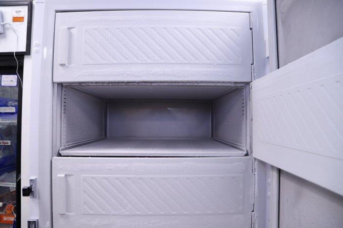 ثلاجة في نورثويل هيلث في نيو هايد بارك، نيويورك، فارغة وجاهزة لتلقي لقاح كوفيد-19