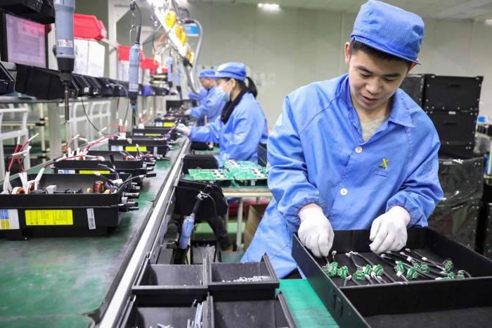 عمال بمصنع للمنتجات الكهروضوئية في شركة للطاقة المتجددة في تونجلو، الصين، يوم الأربعاء 23 ديسمبر 2020