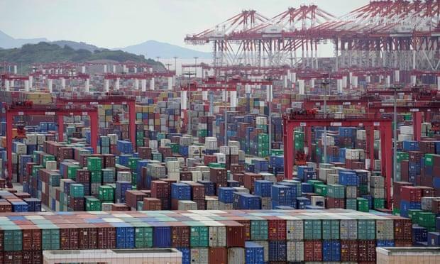 حاويات الشحن في ميناء المياه العميقة يانجشان في شنغهاي