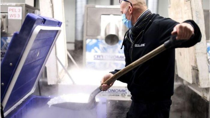 موظف في إحدى شركات آلات وحاويات الثلج الجاف المستخدمة في نقل لقاحات فيروس كورونا