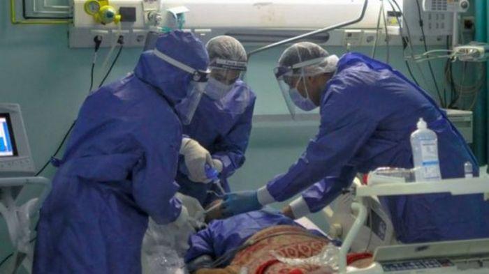 مريض كورونا يعالج في غرفة العناية المركزة بأحد المستشفيات المصرية