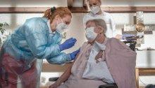 أحد المقيمين في دار رعاية المسنين في ميونيخ يوم الأحد 27 ديسمبر يتلقي حقنة من لقاح فايزر-بيونتيك