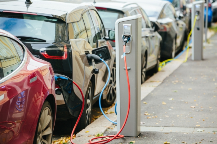سيارات كهربائية تصطف للشحن بالكهرباء