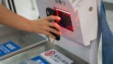 لافتات اليوان الرقمي في كاشير الدفع الذاتي داخل سوبر ماركت في شينزهين، الصين. يختبر بنك الشعب الصيني نقوده الرقمية في مدن مختارة.