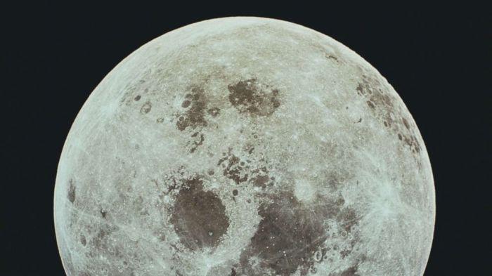 صورة للقمر خلال مهمة أبولو 11 للهبوط على سطح القمر التابعة لوكالة ناسا ، يوليو 1969.