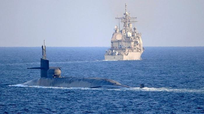 الغواصة الأمريكية يو إس إس جورجيا، من طراز أوهايو، وهي تمر عبر مضيق هرمز إلى الخليج، ترافقها الطرادة يو إس إس بورت رويال