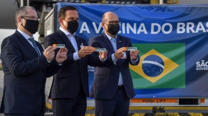 مسؤولون في ساو باولو في صورة مع لقاح كورونافاك