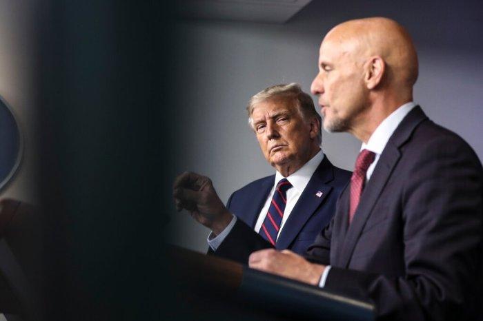اتهم الرئيس ترامب مرارًا وتكرارًا الدكتور ستيفن هان، مفوض إدارة الغذاء والدواء ، وصانعي الأدوية بتعمد إبطاء ترخيص لقاح كوفيد-19 لإيذائه سياسيًا