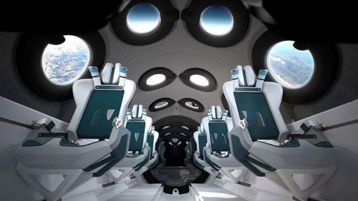 المقصورة تحتوي على مرآة كبيرة في الخلف حتى يتمكن الركاب من رؤية أنفسهم منعدمي الوزن