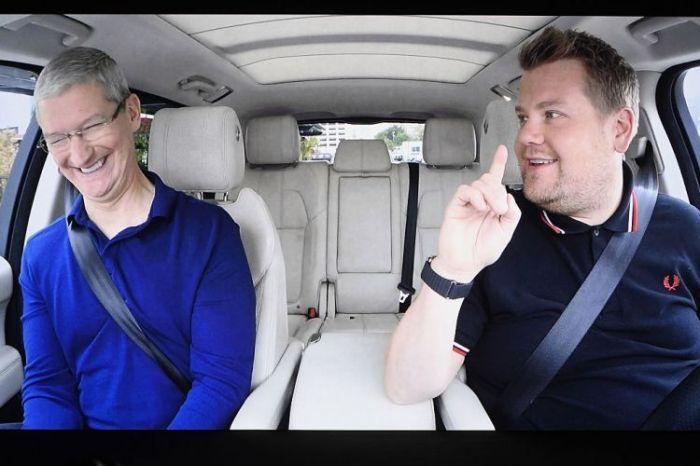"""انتشرت شائعات على مدى سنوات حول خطط شركة آبل لإنتاج سيارة كهربائية ذاتية القيادة. قال الرئيس التنفيذي لشركة أبل ، تيم كوك ، الذي شوهد هنا مع الممثل الكوميدي جيمس كوردن ، إن صناعة السيارات في """"نقطة انعطاف"""". لكن حتى الآن ، أصيب أولئك الذين يأملون في الحصول على سيارة أبل بخيبة أمل."""