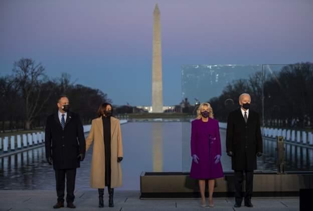 الرئيس المنتخب جو بايدن , مع زوجته جيل بايدن، ونائبة الرئيس المنتخب كامالا هاريس، مع زوجها دوغ إمهوف ، يشاركون في حفل تذكاري لـضحايا كوفيد 19أمام نصب لنكولن التذكاري في واشنطن 19 يناير 2021.