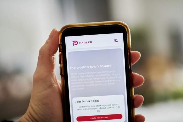 تطبيق بارلر شبكة إجتماعية يستخدمها انصار الرئيس الأمريكي ترامب وقامت شركة أبل و جوجل و أمازون بحظرها أعتبارا من يوم الأحد 10 يناير 2021
