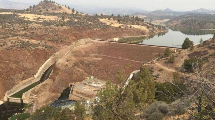 """سد نهر كلاماث شمالي كاليفورنيا الذي يطلق عليه """"سد البوابة الحديدية"""" هو أكبر السدود التي سيتم إزالتها حيث يصل ارتفاعه الي 53 متر، صورة في 10 نوفمبر 2020"""