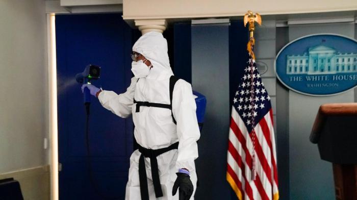 شركات خاصة تقوم بتعقيم البيت الأبيض ضد فيروس كورونا قبل وصول الرئيس الأمريكي المنتخب جو بايدن وعائلته يوم الأربعاء 20 يناير 2021
