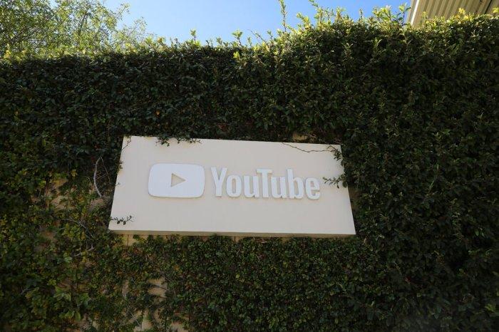 شعار يوتيوب علي المقر الرئيسي للشركة في سان برونو بولاية كاليفورنيا الأمريكية