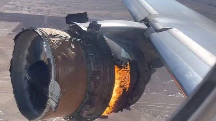 اشتعال محرك في جناح طائرة من طراز بوينج 777 إثر إقلاعها وسقوط حطامه فوق منطقة سكنية أمريكية يؤدي إلى تعليق استخدام العشرات من هذا الطراز حول العالم