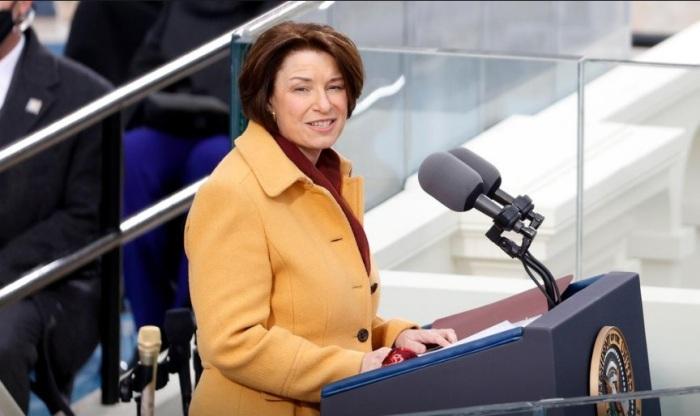 عضو مجلس الشيوخ الأمريكي إيمي كلوبوشار (ديمقراطية-مينيسوتا) تتحدث خلال مراسم تنصيب الرئيس الأمريكي جو بايدن يوم 20 يناير 2021
